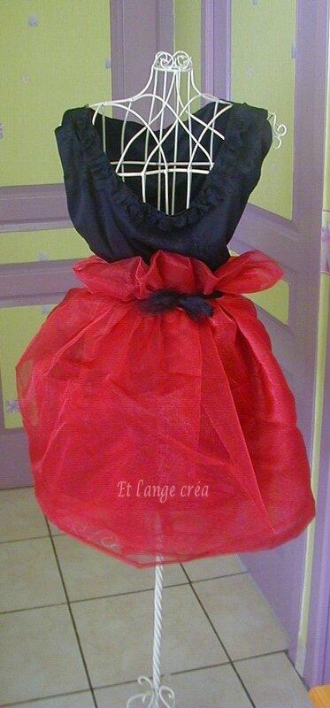 buste rouge et noire avec logo