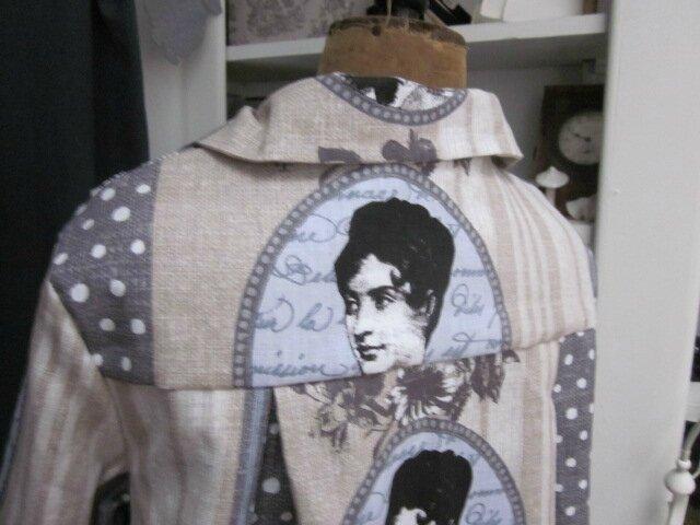 Manteau AGLAE en coton couleur lin imprimé oiseaux et médaillon gris et noir fermé par un lien de lin blanc (2)