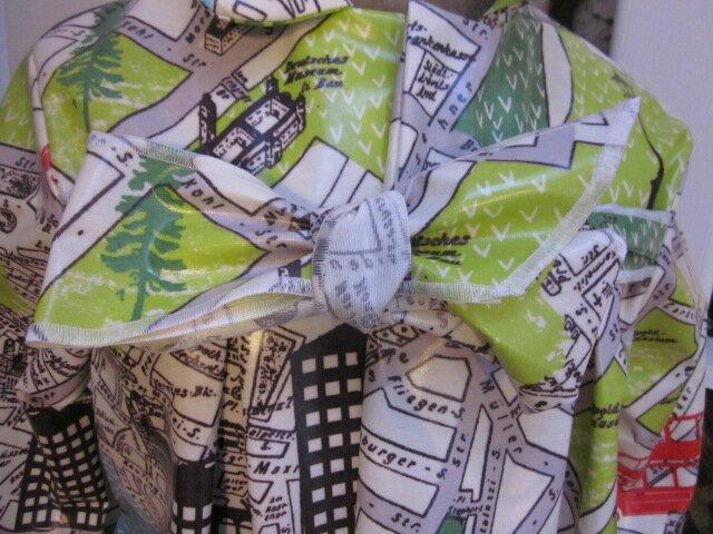 Ciré AGLAE en coton enduit imprimé bus londonnien sur fonc blanc cassé fermé par un noeud dans le même tissu (5)