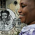 244958-senegalaise-passe-devant-graffiti-representant