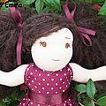 Sophie (adoptée) poupée à la peau rose claire,