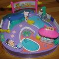 Polly pocket à la piscine avec un personnage