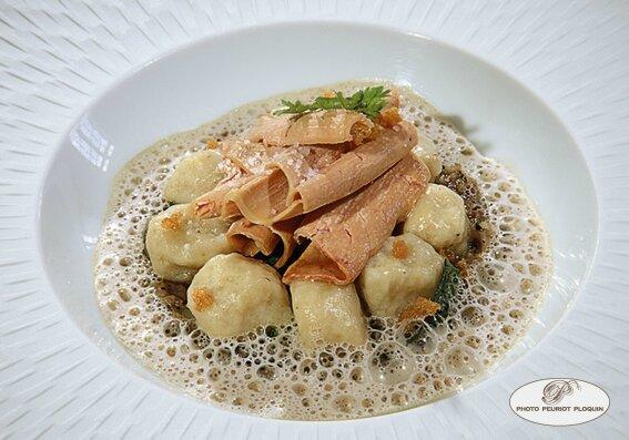 Gnochi_a_la_Cadurcienne_copeaux_de_foie_gras_sur_des_gnochi_celeri_et_pommes_de_terre_pied_de_cochon_aux_truffes