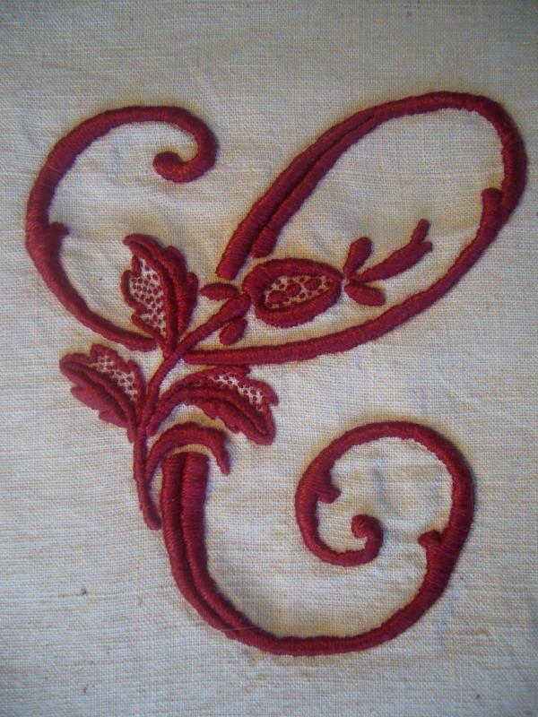 alphabet à la rose lettre C couleur bordeau sur fond écru