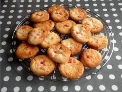 Biscuits_au_chocolat_blanc_et__clats_de_pralines_roses