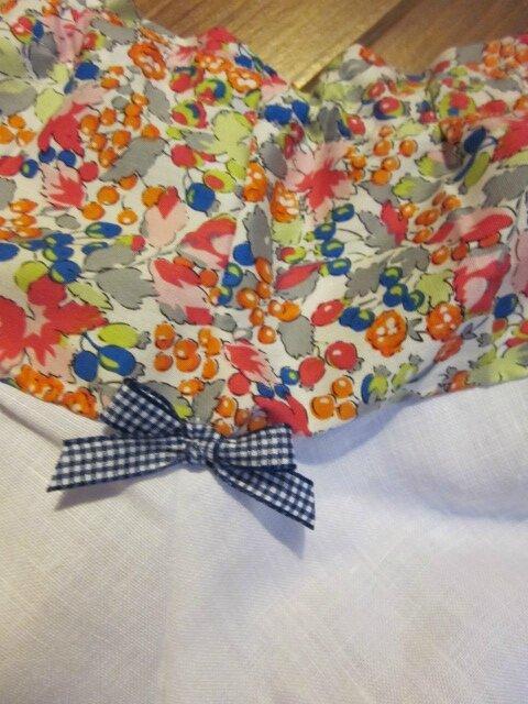 Culotte en coton fleuri rose orange vert bleu sur fond blanc - coton imprimé et lin blanc dans le dos - noeud de vichy marine devant et sur les fesses (1)