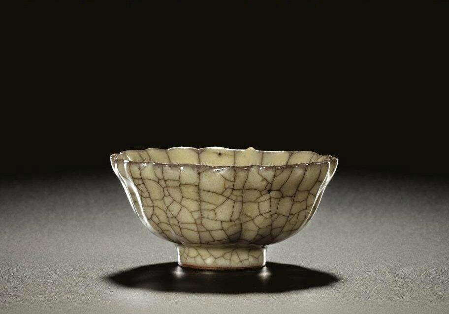 A fine and rare 'ge' flower-shaped bowl, Southern Song dynasty