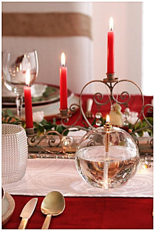 table-noel-rouge-poupée-chandelier-couvert-assiette-verrerie-napperouge-houx-neige