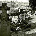 Cimetière de l'église de Vals en Ariege Pierres tombales, crucifix et tombes (4) 800x600