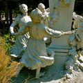 Détail de la statue en hommage à Charles Perrault.