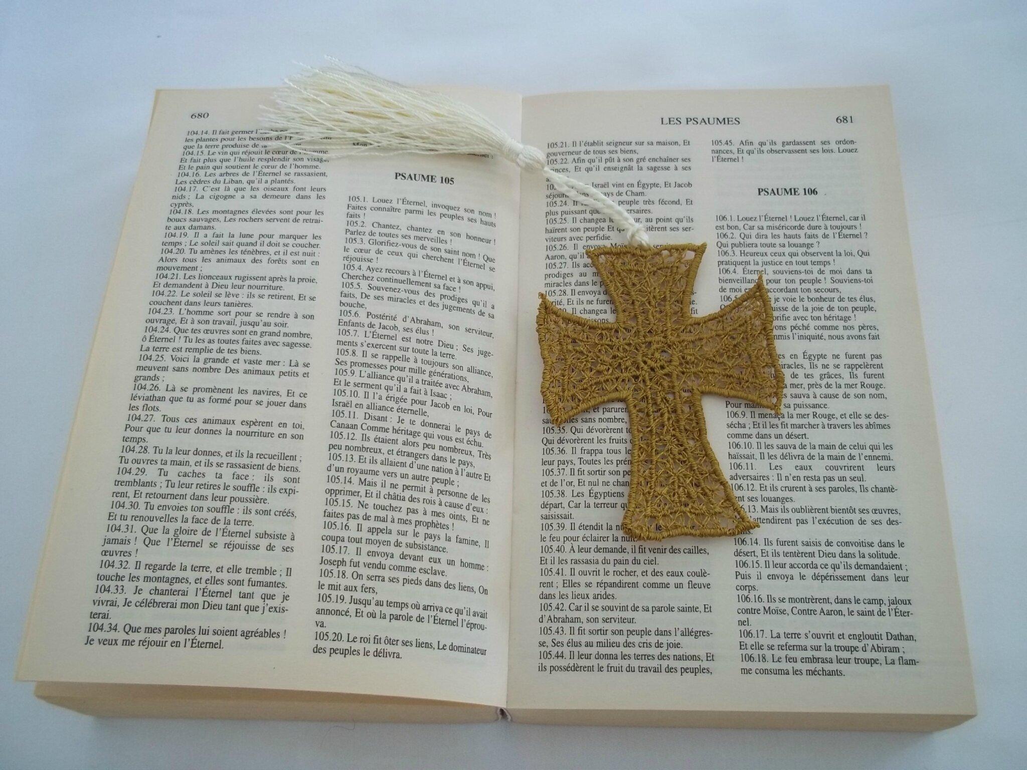 marque page brodé croix par amd a coudre (1)