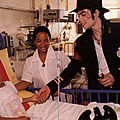 Michael jackson à l'hôpital pour enfants de cape town (afrique du sud), octobre 1997