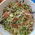 Salade de courgette et nouilles chinoises à l'avocat, pamplemousse et maquereau fumé