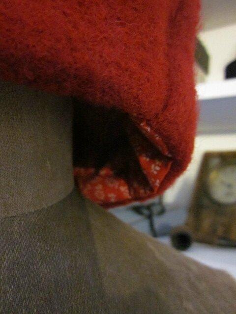 Chapeau AGATHE en laine bouillie rouge avec fleur - doublure de coton rouge à fleurettes blanches (1)