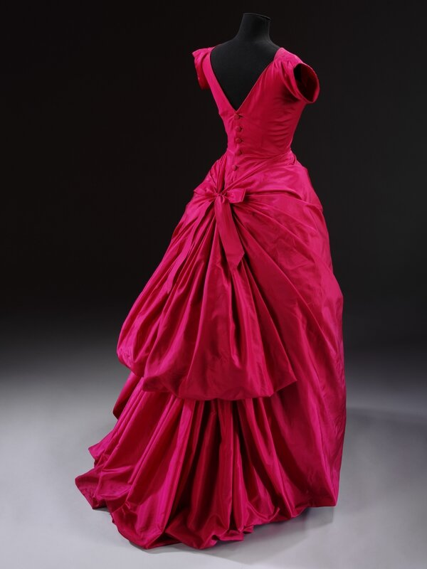 Evening_dress_silk_taffeta_Crist├│bal_Balenciaga_Paris_1955__Victoria_and_Albert_Museum_London