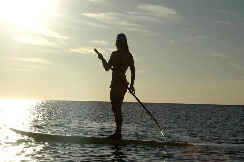 woman-stand-up-paddling-sunny-shade-1024x681