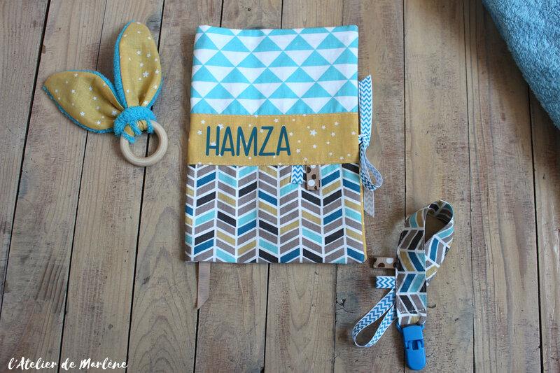 housse de carnet de santé motif géométrique personnalisée bleu et jaune hamza
