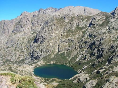 Vue sur le lac Mélo à partir du Capitello