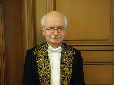 Erik Orsenna en tenue d'académicien