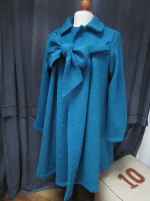 Manteau AGLAE en laine bouillie bleu pétrole fermé par un neoud dasn le même tissu (3)