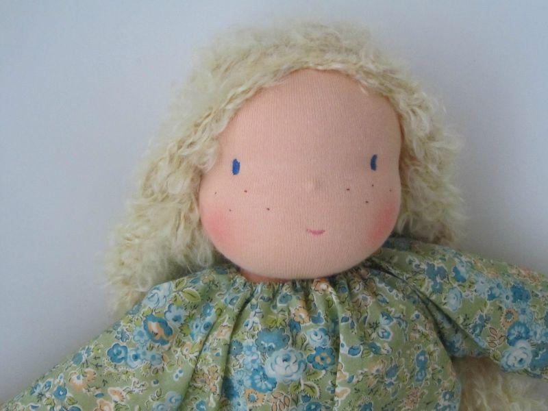 grande poupée waldorf blonde frisée