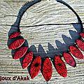 Collier calissons rouges aux motifs ethniques
