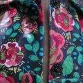 Ciré AGLAE en coton enduit noir fleuri rouge et vert fermé par 2 pressions dissimulés sous 2 boutons recouverts (4)