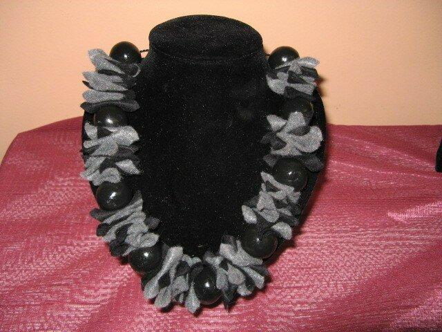 collier laine feutree noir gris