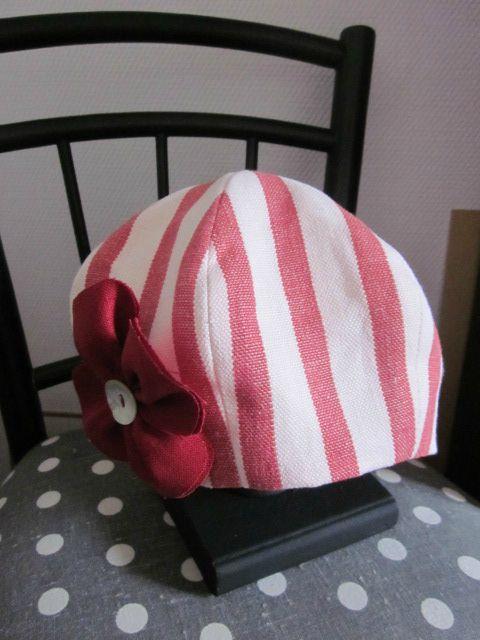 chapeau en lin rayé rouge et écru avec fleur de lin rouge (2)