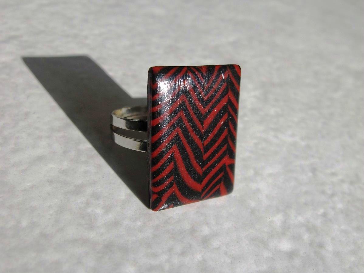 bague rectangle chevrons rouge et noir profil