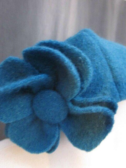 Chapeau AGATHE en laine bouillie bleu pétrole avec fleur - Doublure de lin assorti (3)