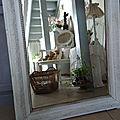 Ancien miroir avec jolis reliefs tout autour patiné gris