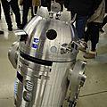 R2 en alu qui amusait le public sur le stand R2 Builders France