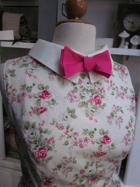 Robe GERMAINE en coton fleuri rose sur fond écru - Découpes princesse pour le haut, jupe froncée pour le bas - col et pied de col en coton écru - fermeture visible fushia dans le dos (1)