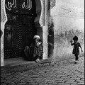 philippe morel: une rue avec enfant et vieillard