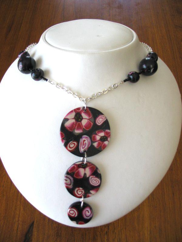 collier noir et rouge