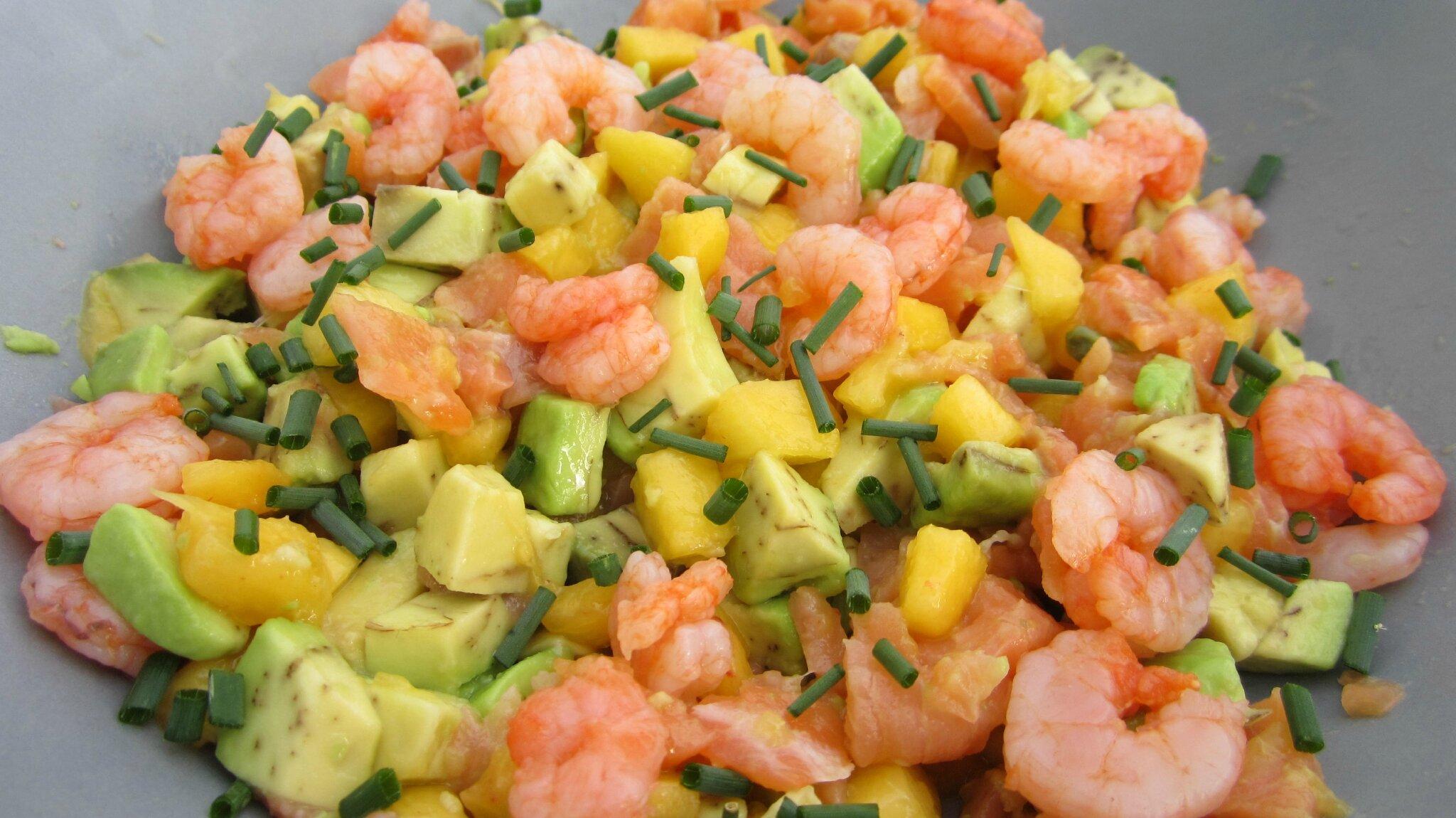 Salade de saumon, avocats, crevettes et pêches