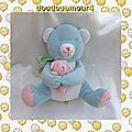 doudou peluche ours bleu assis et son bébé rose noeud vert grelot calin et bisou