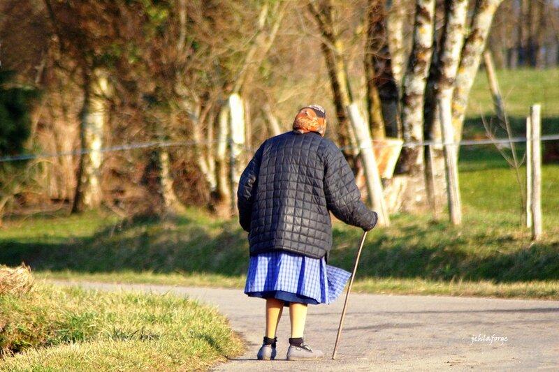 Femme en promenade foulard Mazoulières