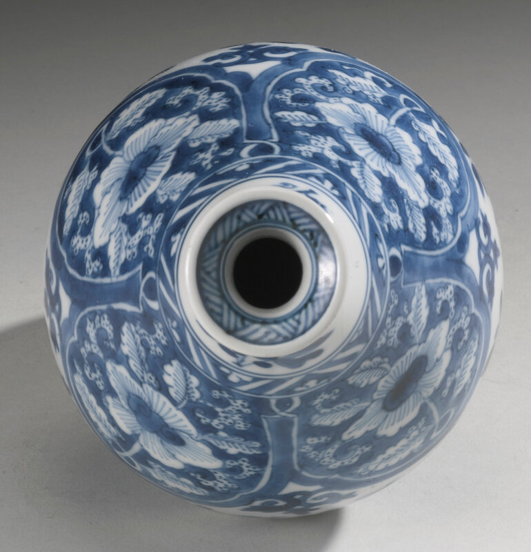 A blue and white bottle vase, Qing dynasty, Kangxi period (1662-1722)3