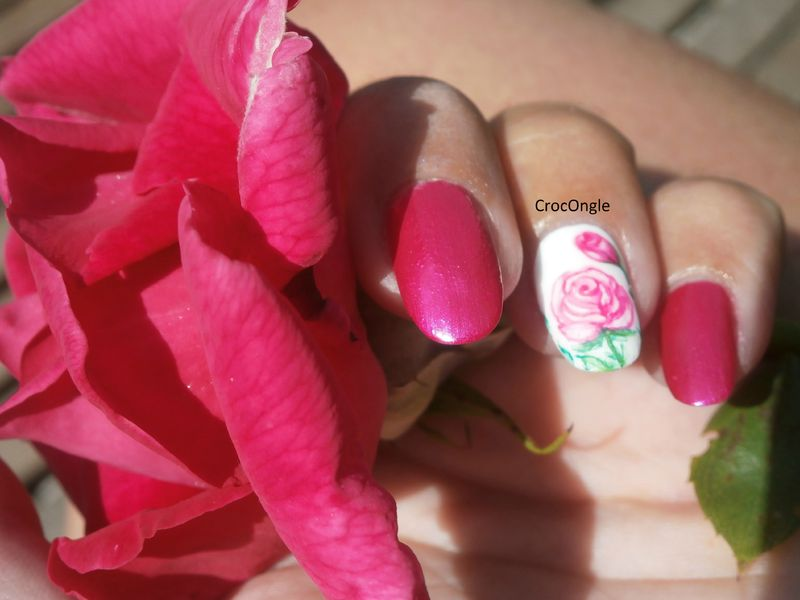 Nail art rose et son bouton de rose aquarelle Crocongle2