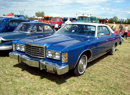 Ford_LTD_4_door_sedan_01