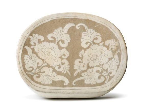 A Cizhou white-glazed sgraffito  'Peony' bean-shaped pillow, Northern Song dynasty (960-1127)