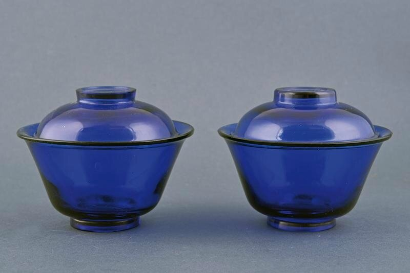 A fine pair of Pekin glass cups and covers, Qing dynasty (1644-1911), 18th-19th century