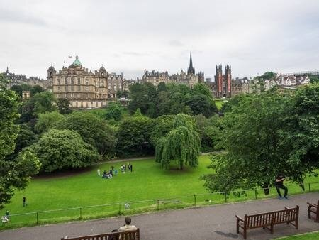72822802-princes-street-gardens-is-a-public-park-in-the-centre-of-edinburgh-scotland-in-the-shadow-of-edinbur