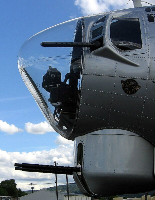 800px-B-17_bombardier_station_and_nose_turret-20060603