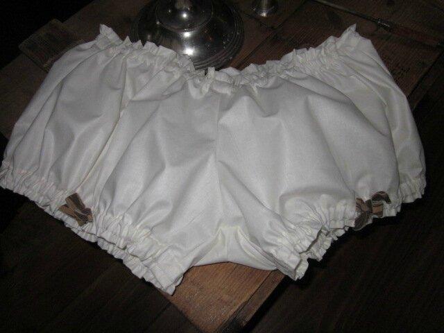 Culotte en coton écru et petits noeuds bruns sur les cuisses - A associer avec la guimpe Bleuette pour en faire une jolie tenue de plage ou un superbe pyjama (2)