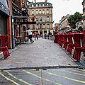 Chaises de bar devant le Poussin Bleu