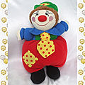 doudou_peluche_clown_rouge_bleu_cravate_jaune_pois_rouge_chapeau