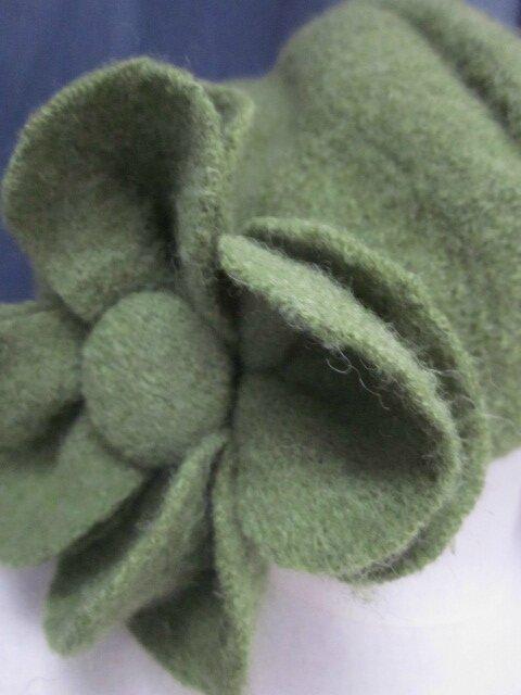 Chapeau AGLAE en laine bouillie vert olive avec fleur dans le mm tissu - doublure coton écru à plumettes vertes et turquoise - taille 57 (3)